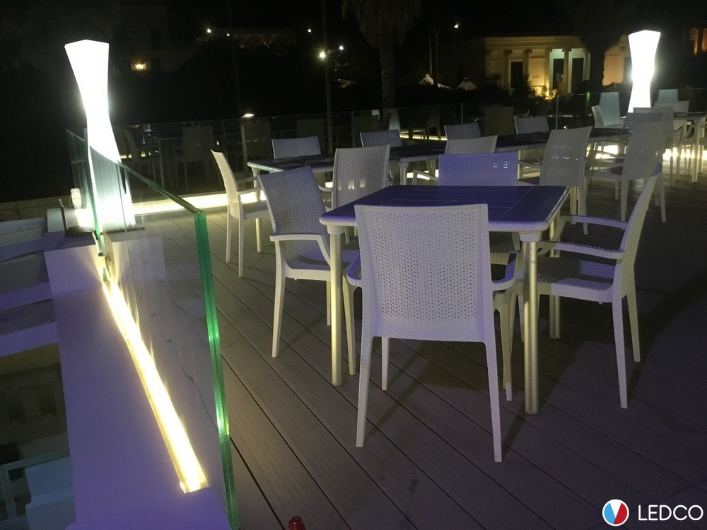 Illuminazione con strip led da esterno ristorante dolores