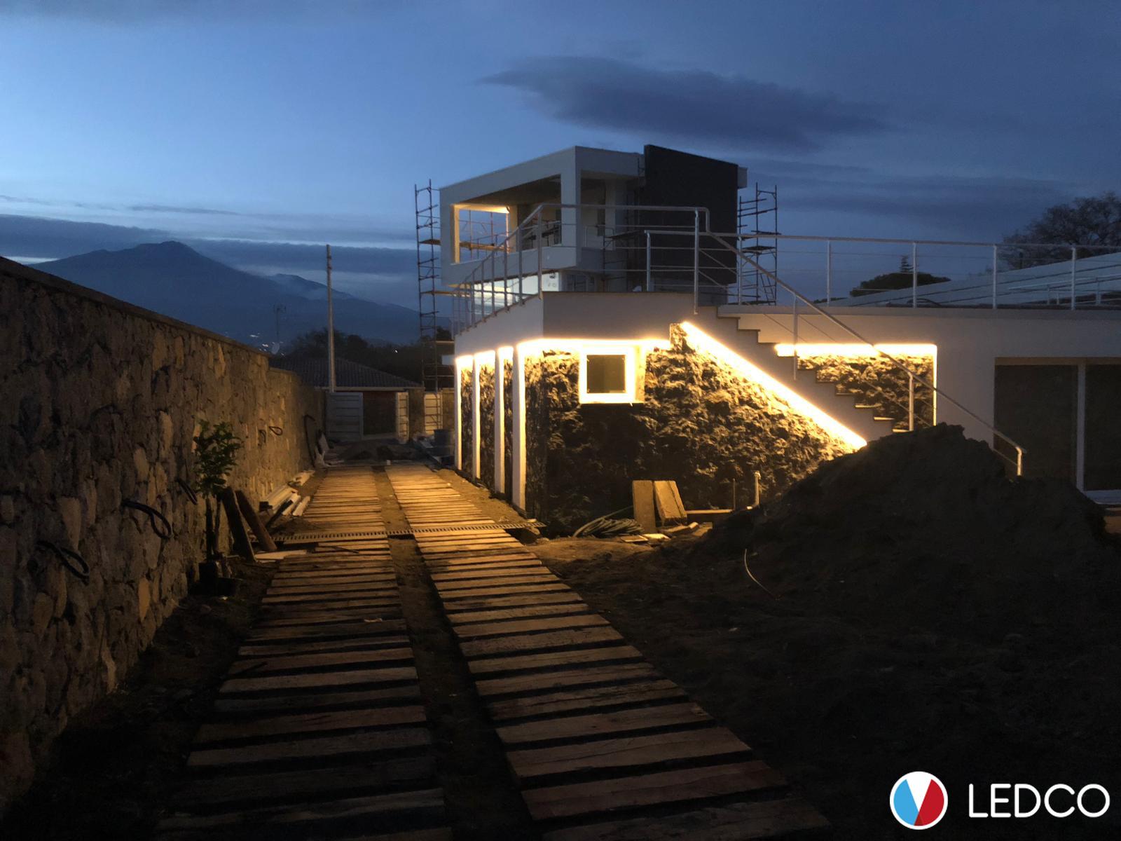 Illuminazione con strip led da esterno villa taormina me