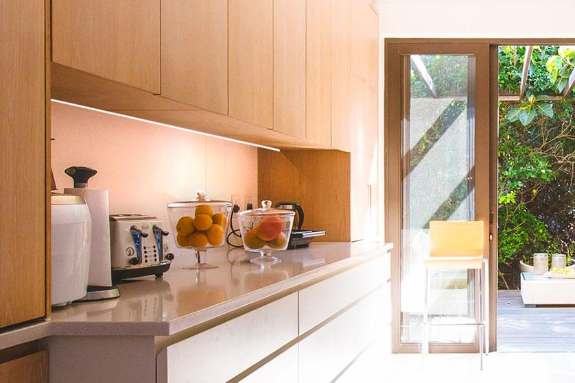 immagine di cucina con led per cucine custom sopra il piano lavoro della cucina