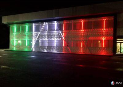 immagine dell'illuminazione esterna di un capannone con le nostre strip led rgb, illuminazione a 3 colori bandiera italiana, prospettiva frontale