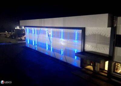 immagine dell'illuminazione esterna di un capannone con le nostre strip led rgb, illuminazione colore blu