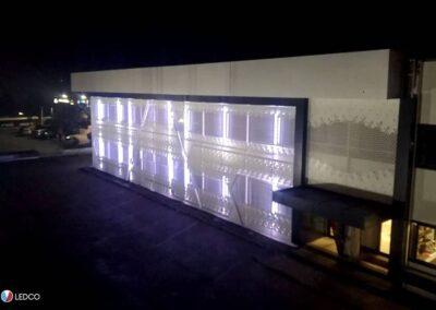 immagine dell'illuminazione esterna di un capannone con le nostre strip led rgb, illuminazione colore bianco