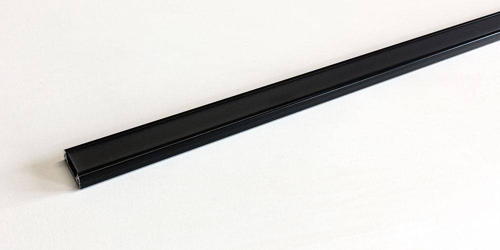 L'eleganza di un profilo in alluminio nero con schermo nero